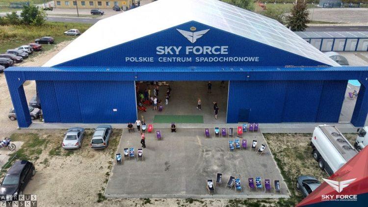niebieski hangar skyforce e1593430436990 - SkyForce Polskie Centrum Spadochronowe